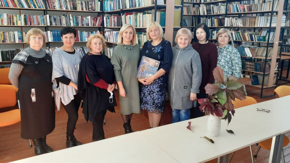 Альбом:  Сьогоднішній ранок для бібліотекарів громади розпочався з теплих слів та подарунків