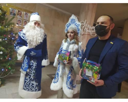 Разом з Дідом Морозом та Снігуронькою Миколай продовжує дарувати казку