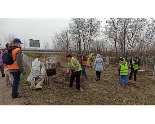 Минулого тижня в Первомайському провели  прибирання міського кладовища