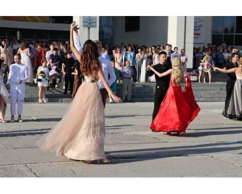 На головній площі міста відлунав Прощальний вальс для випускників-2021 Первомайської міської територіальної громади. ДОПОВНЕНО ВІДЕО!