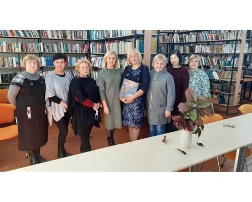 Сьогоднішній ранок для бібліотекарів громади розпочався з теплих слів та подарунків