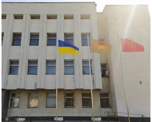 Біля міської ради замайоріли прапори