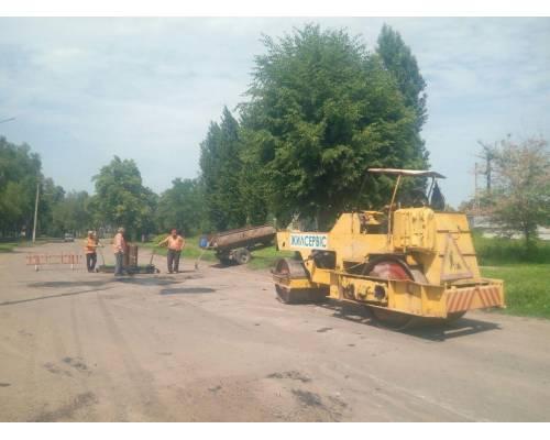 У місті Первомайський продовжується ямковий ремонт асфальтного покриття доріг